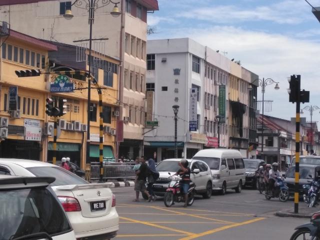 パイナップルのオブジェと驚きのスーパーマーケットがある町 サリケイ